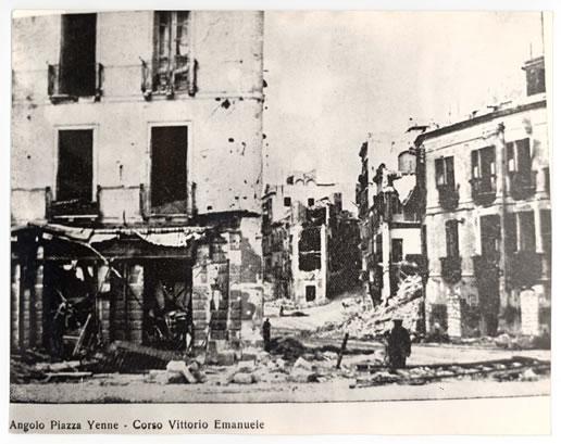 Angolo di Piazza Yenne con l'imbocco del Corso Vittorio Emanuele (1943)
