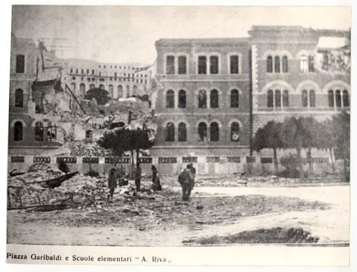"""La scuola elementare """"A. Riva"""" in Piazza Garibaldi distrutta (1943)"""