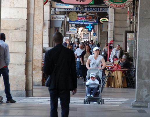 Sotto i portici in via Roma a Cagliari